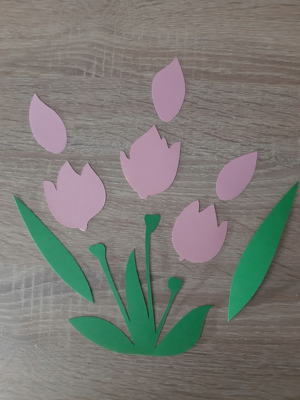 Ein Tulpenstrauß aus Papier wird für eine Frühlingsdeko zusammengeklebt.