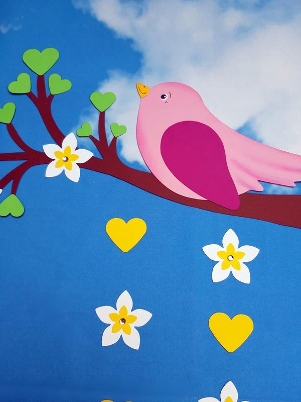 Zweig mit einem Vogel, Herzen und Blumen