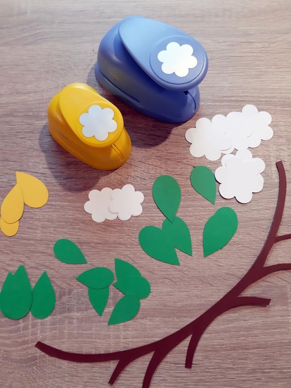 Einzelteile von Blüten und Blättern aus Papier