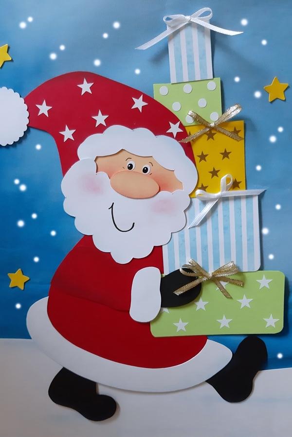 Weihnachtsmann aus Papier mit Geschenkschachteln vom Wunschzettel.