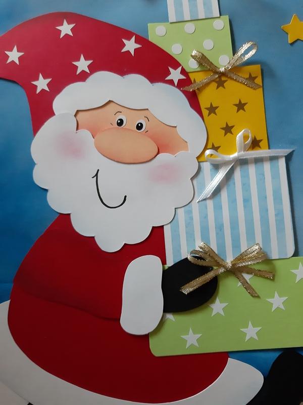 Weihnachtsmann aus Papier trägt 5 Päckchen.