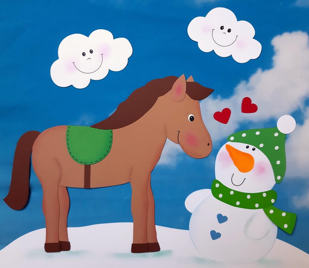 Pferd und Schneemann aus Papier.