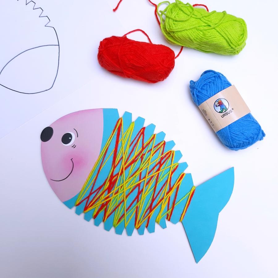 Fisch aus Bastelpapier mit Wolle umwickelt