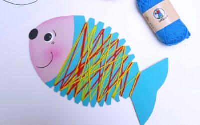 Einen Fisch aus Papier mit Wolle umwickeln