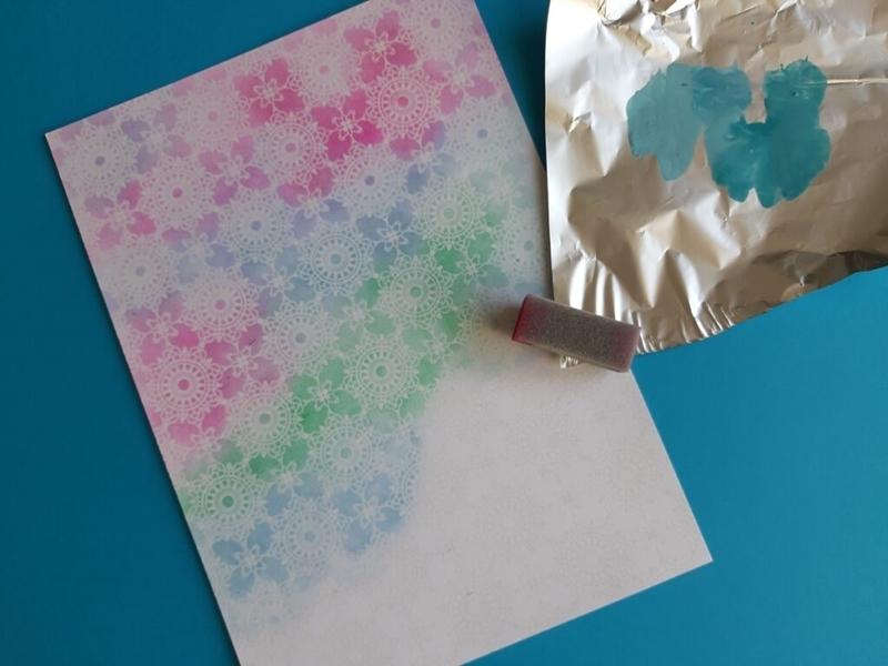 Zauberpapier wird mit Acrylfarben bemalt