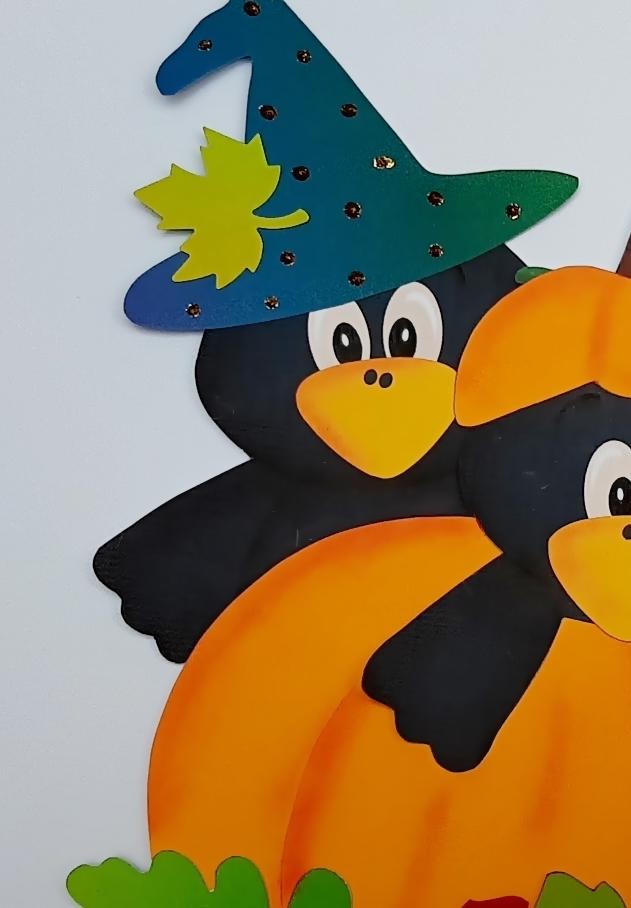 1 Halloween Krähe auf einem Kürbis.